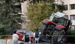 Turska policija pucala na traktor dok je gazio automobile u Ankari