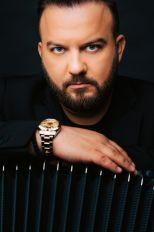 VEROVALI ILI NE! Srpski harmonikaš svira sa velikom egipatskom zvezdom
