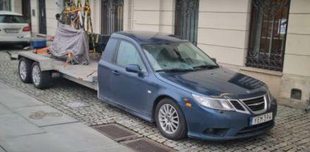 VIDEO: Ispred švedskog ministarstva spoljnih poslova se pojavio čudni Saab
