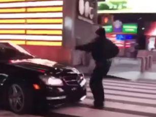 (VIDEO) POLICAJAC POKUŠAO DA ZAUSTAVI BAHATOG VOZAČA: Završio na haubi, vukao ga nekoliko metara!