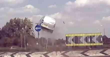 VIDEO: Pogledajte kako je auto bukvalno proleteo kroz kružni tok
