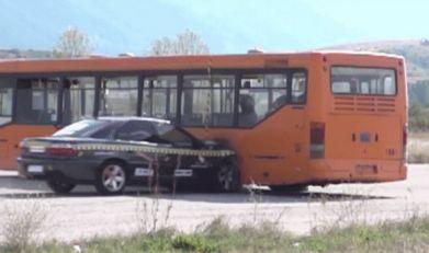 VIDEO: Udarac Opel Omege u autobus pri 208 km/h