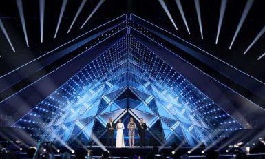 Voditelj Evrovizije se ljubio s mužem iza scene (FOTO)