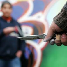 ŽIVIMO U STRAHU Užas kod Jagodine - mladić sa kapuljačom oštrim predmetom napada meštane
